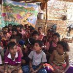 Kinder besuchen die Schule