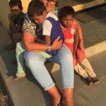 Waisenkinder suchen eine Mama zum Liebhaben.